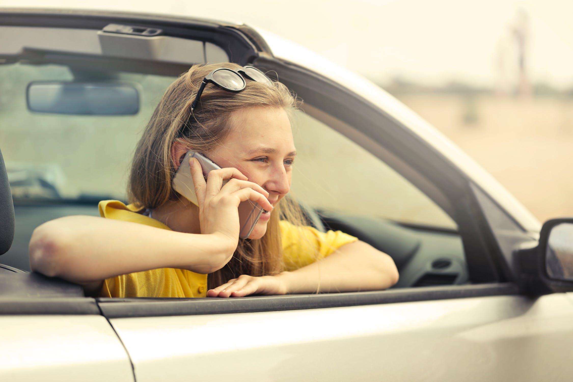 Foarte multe persoane considera ca inchirierea unei masini, este o alegere mai inteleapta decat conducerea propriului vehicul pe drumuri lungi. Unul dintre motivele principale este evitarea uzurii. Un alt factor este acela ca adaugarea de kilometri in odometrul propriu al vehiculului, poate reduce valoarea acestuia. Poti economisi bani prin inchirierea unei masini care are un consum mai bun, mai mult spatiu si alte caracteristici de siguranta, in comparatie cu propria masina. Oricare ar fi motivul pentru care doresti sa pleci la drum lung - fie ca vizitezi prieteni si rude, pleci in interes de serviciu sau pur si simplu vrei sa te bucuri de o vacanta - ar fi bine sa iei in considerare inchirierea unei masini de la rodnarentacar.ro decat sa conduci propriul vehicul. Iata cateva motive pentru care inchirierea unei masini pentru o calatorie este o alegere buna: Eviti daunele si uzura masinii tale Drumurile lungi pot aduce diverse daune masinii tale, ceea ce inseamna reparatii costisitoare. Poate ca vehiculul tau nu este suficient de fiabil, iar in acest caz inchirierea unei masini este cea mai buna optiune. Vehiculele mai vechi sunt mai predispuse la avarie. O masina inchiriata este supusa unor verificari periodice, iar firmele de rent a car dispun de cele mai noi modele de masini. Daca vrei sa eviti daunele si uzura masinii proprii, inchirierea unui vehicul este alegerea ideala. Economisesti bani Poti economisi bani daca inchiriezi o masina mai eficienta din punct de vedere al consumului de combustibil. Desigur, acest lucru va depinde de disponibilitatea masinii, precum si de pretul de inchiriere pe care il poti obtine. Companiile de inchiriere de masini ofera si produse de protectie care pot fi achizitionate la un cost suplimentar. Cu cat calatoria este mai lunga, cu atat esti mai predispus sa fii implicat intr-un accident. Te vei simti mai protejat folosind o masina inchiriata decat propriul vehicul, stiind ca asigurarea va acoperi cheltuielile partiale sau chiar co